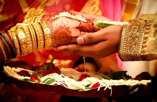 Indian-Wedding-Ceremony-Strand-of-Silk-Banking-On-Fashion