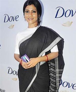 Bollywood Actress Konkana Sen Looked Stunning in a Black and White Saree