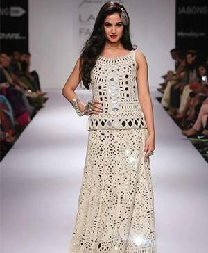 Sonal Chauhan on the ramp for Purvi Doshi at the Lakme Fashion Week Winter Festive 2014 edition