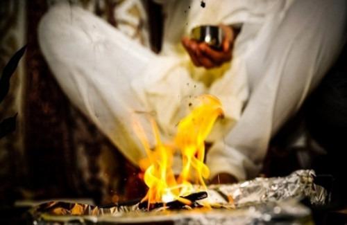 man-performing-indian-wedding-ritual-strand-of-silk-the-fascinating-indian-wedding-rituals