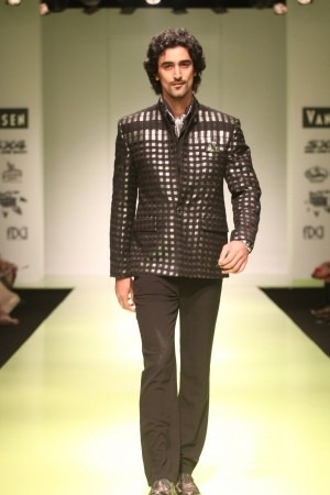 Kunal Kapoor walks for Manoviraj Khosla