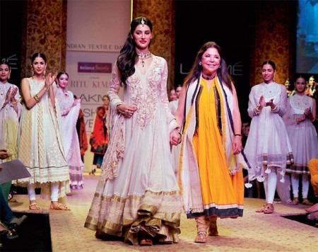 Nargis Fakhri Walks The Ramp For Ritu Kumar At Lakme Fashion Week