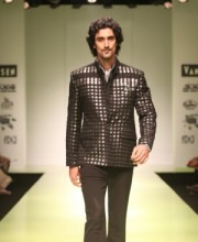 Kunal Kapoor walks for Manoviraj Khosla